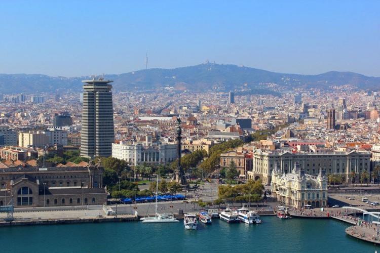 Barcelona, Spanje: de haven van Barcelona vormde in de tijd van de Romeinen het economisch centrum van de Middellandse Zee, zowel voor goederen- als voor passagiersschepen. Tot op vandaag blijft het een van de meest populaire Mediterrane aanlegplaatsen. De Spaanse haven en dan vooral de stad beschikt dan ook over een benijdenswaardige combinatie tussen grimmige bergen, uitgestrekte zandstranden en een bruisende metropool met een uitgesproken architectuur. © Pixabay