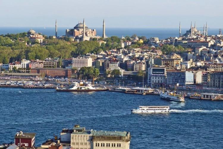 Istanboel, Turkije: wanneer je de haven van Istanboel binnenvaart via de Gouden Hoorn valt je al meteen een paar architecturale pareltjes op zoals de Blauwe Moskee uit de 17de eeuw, Hagia Sophia uit de 6de eeuw en het Topkapipaleis. Istanboel staat gelijk aan een kakafonie van kleuren, smaken en geluiden. De moeite om je er in mee te laten slepen! © Pixabay