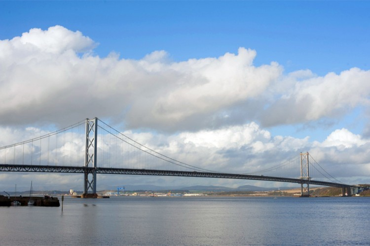 Forth Road Bridge in Schotland: in 1964 opgetrokken over de rivier Firth of Forth verbindt deze hangbrug Edinburgh met Fife. Het is de 5de langste hangbrug in Europa met een lengte van meer dan 1.000 meter. Aanvankelijk moest je tol betalen om op de brug te rijden, maar sinds februari 2008 zijn verplaatsingen gratis. © GF