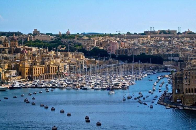 Valletta, Malta: Malta ligt op 97 km van Sicilië en 290 km van Noord-Afrika wat van het eiland een strategisch interessante plek maakt. De geschiedenis bewijst namelijk dat de Romeinen, Arabieren, Noormannen, de Fransen en uiteindelijk de Britten er de plak zwaaiden. Malta werd in 1974 een onafhankelijke republiek maar de sporen uit het verleden vertalen zich in indrukwekkende kathedralen en pleinen. © Pixabay