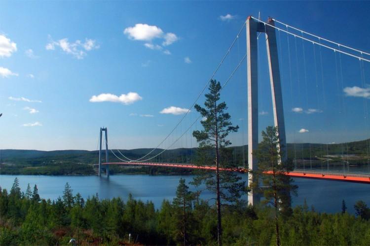 Högakustenbron in Zweden: deze hangbrug staat zeker ergens bovenaan in het lijstje 'hoogste hangbruggen in Europa' met een lengte van 1.867 meter. Ze is eveneens ook de tweede langste in Scandinavië. De brug werd gebouwd over de rivier Ångermanälven en verbindt zo de gemeentes Härnösand en Kramfors in het noorden van Zweden. © Wikimedia Commons
