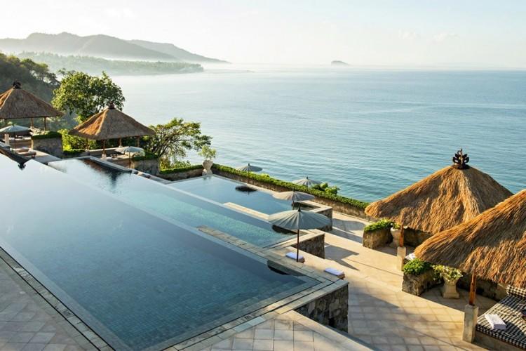 Amankila Resort, Indonesië: een bestemming als Bali spreekt ongetwijfeld al tot verbeelding. Voeg daar ook nog een erg chique verblijf aan toe en je lééft gewoon de droom! Het design van het resort doet niet toevallig denken aan de nabijgelegen Karangasem paleizen. Zelfs over de bouw van de zwembaden is nagedacht: die volgen trapsgewijs de helling van de heuvels, net zoals de rijstvelden. © Aman.com