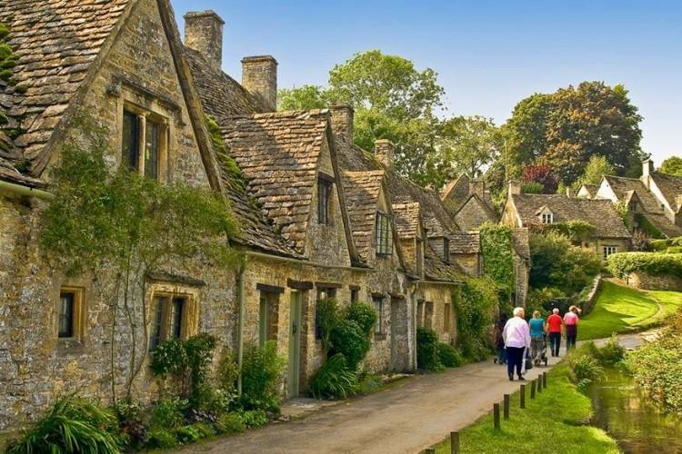 Arlington Row in Bibury, Gloucestershire: een van de meest gefotografeerde straatjes in Engeland moet haast Arlington Row in Bibury zijn. Deze voormalige schapenhuisjes uit de 14de eeuw zijn nu gezellige cottages. In 1600 werden ze omgebouwd tot woningen, aanvankelijk voor wevers. © Anguskirk via Creative Commons