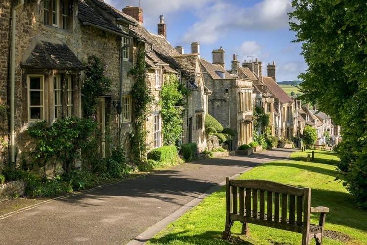 The Hill in Burford, Oxfordshire: een van de mooiste dorpjes in de Costwolds is Burford aan de rivier Windrush. Sta je bovenaan deze steile laan, dan is het zicht zeker indrukwekkend. In al die eeuwen werd er niets veranderd aan de setting. De stenen huisjes in combinatie met de groene omgeving leveren fotogenieke plaatjes op. © Bob Radlinski