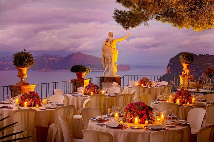 Caesar Augustus, Italië: twee eeuwen geleden vormde dit hotel op het Italiaanse eiland Capri een veilige en vooral private thuishaven voor artiesten en intellectuelen. Nu is iedereen welkomen in dit luxueuze stulpje bestaande uit 6 exclusieve suites en 49 ruime kamers. Vanaf hier heb je een adembenemend zicht op de Amalfikust en de haven van Napels. Bovendien proef je er van een wel erg plaatselijke keuken: alle ingrediënten komen uit de aangelegde keukentuin. © Alexandra D. Foster