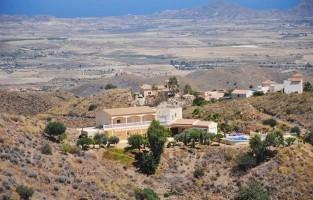 7. Casa Las Yeseras: een mooi uitzicht, dicht bij de zee en in de buurt van een authentiek Spaans dorp: dit waren de criteria die Luc Neveux en Iris Janssens uit Mechelen vooropstelden bij hun zoektocht naar een geschikte B&B. Op een bergtop bij Mojácar, in het achterland van de Costa de Almería, bouwden ze hun gastenverblijf. De bouw was een avontuur maar de ruime kamers bieden alle comfort. Een leuke plek voor een luie vakantie bij het zwembad en met schitterend uitzicht. © Zoover