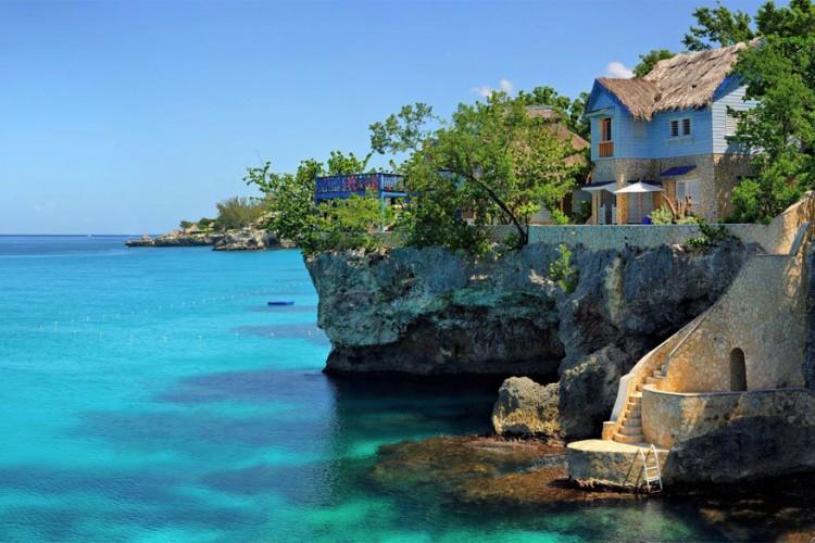 The Caves, Jamaica: in het resort The Caves op het Caraïbisch eiland Jamaica slaap je niet op de rotsen, maar erin, op het niveau van de Caraïbische zee! De 12 uniek ingerichte cottages in de rotsen zijn ideaal om de zonsop- en -ondergangen van dichtbij te zien, maar ook om het zo gezellig als thuis te maken. Het resort heeft verschillende eetplekken met huisgemaakte visgerechten, een spa en het biedt verschillende wateractiviteiten aan. © The Caves