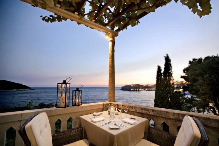 Villa Orsula, Kroatië: dit vijfsterrenhotel kijkt uit op het beboste eiland Lokrum en ligt maar vijf minuten wandelen van het historisch centrum van Dubrovnik, de vestingstad die tot UNESCO Werelderfgoed behoort. Ooit logeerden hier adellijke families. Nu heb je best ook nog een goedgevulde portemonnee op zak, wil je blijven slapen in één van de stijlvolle suites met zicht op de Adriatische Zee. © Villa Orsula
