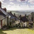 Gold Hill in Shaftesbury, Dorset: het Engeland uit de films vind je in deze straat. Kleine huisjes van riet en steen dalen zij aan zij af in de steile steeg. Wist je dat het straatje ooit dienst deed als decor voor een reclameboodschap van fietsen uit 1967? De spot werd zo bekend dat de Engelsen nu nog weten waar het over gaat. © Graham Duerden via Flickr Creative Commons