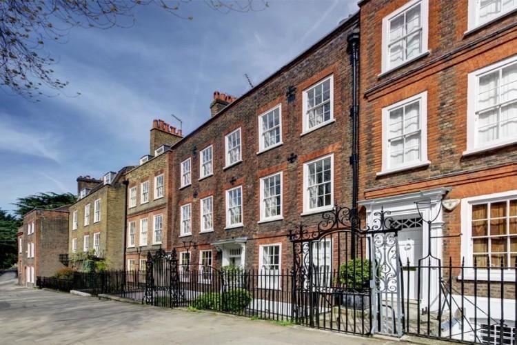 Church Row in Hampstead, Londen: Church Row wordt in de volksmond de 'knapste straat van Hampstead' genoemd. Niet onterecht, want de herenhuizen beschouwen de Engelsen als een van de beste bewaarde voorbeelden uit de 18de eeuw, niet alleen in Londen, maar in het hele land. © Find Properly