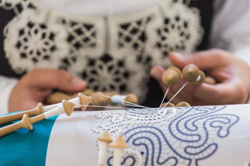 Kantklossen maakt deel uit van de plaatselijke cultuur in Idrija.