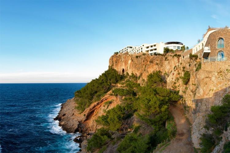 Jumeirah Port Soller Hotel & Spa, Spanje: gebouwd op een klif die uitkijkt op het Spaanse vissersstadje Port de Sóller in Mallorca belooft dit luxehotel de ware ontsnapping én ontspanning te zijn. Wie niet genoeg heeft aan strandhangen in Mallorca, kan zich hier in de watten laten leggen in de uitgebreide spa. Het hotel beslaat 11 gebouwen, verbonden door geurende tuinen, en telt 121 ruime kamers. © Jumeirah Port Soller Hotel & Spa