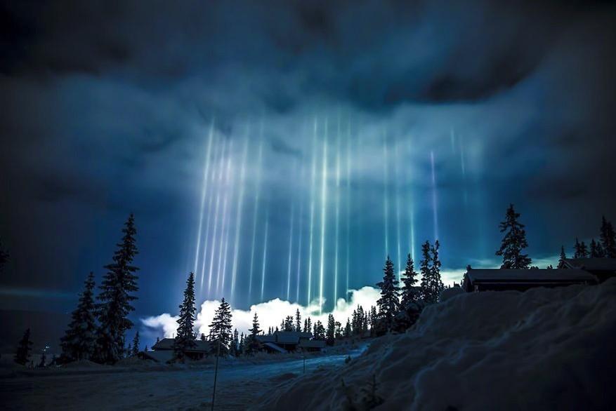 Lichtgevende ijspilaren betoveren de lucht
