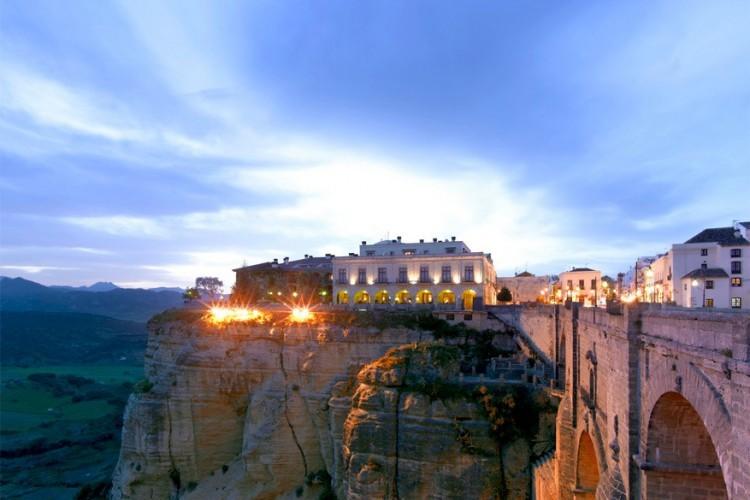Parador de Ronda, Spanje: dit luxueuze viersterrenhotel situeert zich op een spectaculaire plek in het hart van de Spaanse stad Ronda, vlak naast de iconische Puente Nuevo of New Bridge. Het hotel werd ondergebracht in het voormalige stadhuis. Behalve voor de mooi gedecoreerde en ruime kamers, is deze accommodatie warm aan te bevelen omwille van de spectaculaire uitzichten op de Tagus rivier en de ravijn van maar liefst 120 meter diep! © Paradores / TripAdvisor