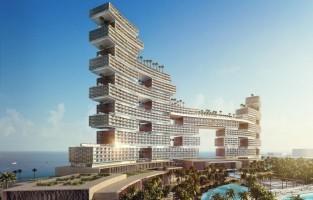 Dubai: glazen dozen. De architectuur van het Royal Atlantis hotel in Dubai doet denken aan oversized glazen dozen die onregelmatig op elkaar zijn gestapeld. Het hotel telt 46 verdiepingen met maar liefst 800 kamers en 231 appartementen, allemaal met zicht op de zee. Het luxe hotel opent in december 2017. Royal Atlantis wordt omringd door fleurige tuinen en waanzinnige infinity pools met uitzicht op zee. Ook is het hotel voorzien van een enorm aquarium, een twee kilometer lang zandstrand en een waterpark. Een bijzonder en letterlijk hoogtepunt is het zwembad op 90 meter hoogte! © BESIX Group