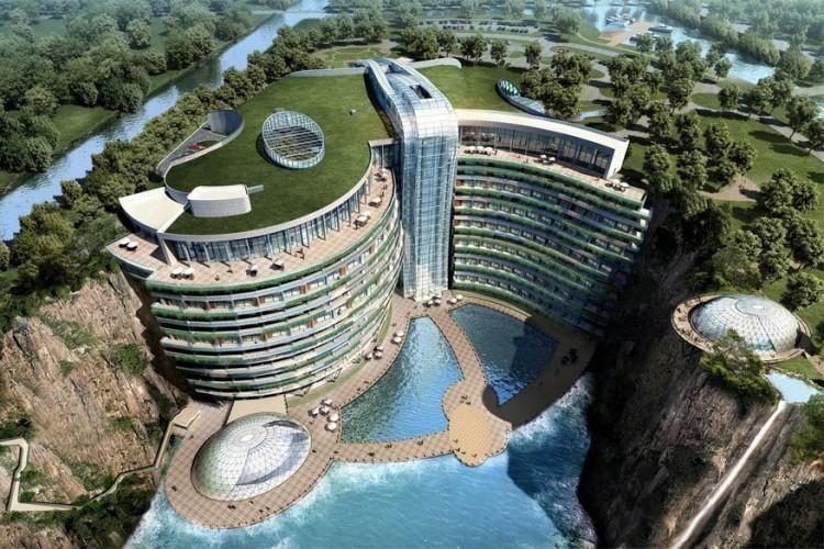 Songjiang InterContinental Hotel, China: dit futuristische resorthotel in het Chinese Shanghai is bijna 50.000 m² groot en momenteel in opbouw tegen een verlaten met water gevulde steengroeve. Dat lijkt een absurde locatie voor een luxehotel, maar dat maakt het verblijf net zo uniek! Het ontwerp van het gebouw laat toe de omgeving volledig in de kijker te zetten. Bovendien doet het dak niet alleen dienst als tuin, er staan ook verscheidene installaties die geothermische en zonne-energie opwekken. © Songjiang InterContinental Hotel