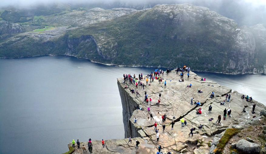 Hoewel het weer te wensen overlaat, blijft het druk bij de Lysefjord. Het uitzicht is schitterend!