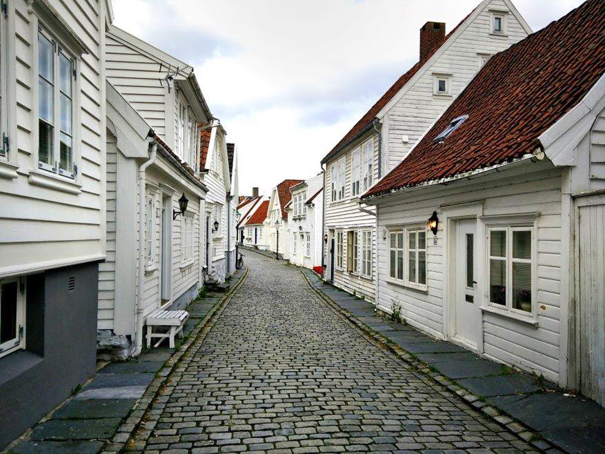De witte huisjes bepalen het straatbeeld in Stavanger.