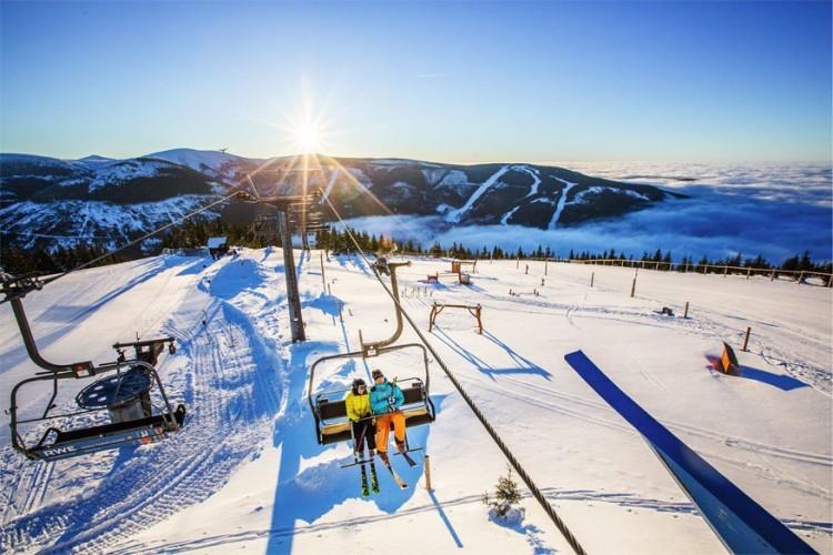 1. Skiën in het Ertsgebergte. Een wintersportvakantie in Tsjechië is niet alleen voordelig, de gezellige stadjes in de nabije omgeving dragen bij tot de sfeer en de gebieden zijn zeer geschikt voor wie nog nooit op de latten heeft gestaan. Het Ertsgebergte vormt de grens tussen Tsjechië en Duitsland en de hoogte bergtop aan de Tsjechische kant heet Klínovec (1.244 m). Skiareal Klínovec is het grootste skigebied in het Ertsgebergte. Samen met het Duitse skicentrum Fichtelberg bieden de twee skicentra een gezamenlijke skipas aan en er is een skibus die de gebieden met elkaar verbindt. Het gebied heeft 33 km aan skipistes in alle moeilijkheidsgraden. Pret voor de hele familie!