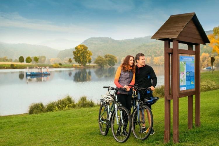 2. Fietsen langs de Elbe. Tsjechië is een uitstekend fietsland. De trajecten zijn goed aangegeven en voeren door bossen, langs rivieren en leuke stadjes. De Elberoute is de populairste fietsroute en bovendien voor iedereen geschikt vanwege de geringe hoogteverschillen. Dit lange afstandspad loopt van Duitsland helemaal naar de bron van de rivier de Elbe in het Reuzengebergte in Tsjechië. Het Tsjechische gedeelte is 370 km lang en doorkruist pittoreske plaatsjes zoals Děčín, Mělník en de historische bisschopstad Litoměřice. Goed nieuws: onderweg vind je voldoende fietsvriendelijke campings en hotels!