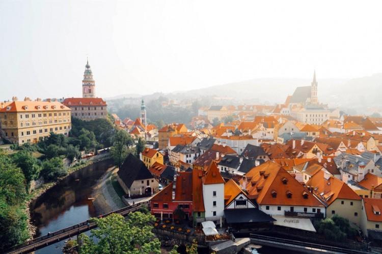 5. Barok festival in Český Krumlov. In Tsjechië staat 2017 in het teken van barok. Het land herbergt namelijk vele barokke schatten en niet alleen in Praag. In het Zuid-Boheemse stadje Český Krumlov lijkt het alsof je honderden jaren terug de tijd ingaat, maar tijdens het barok festival wordt het nog realistischer. Van 15 tot 17 september wordt het evenement gehouden en vinden er op diverse plekken voorstellingen plaats, die gepaard gaan met prachtige kostuums, dans en muziek zoals in tijd van de barok.