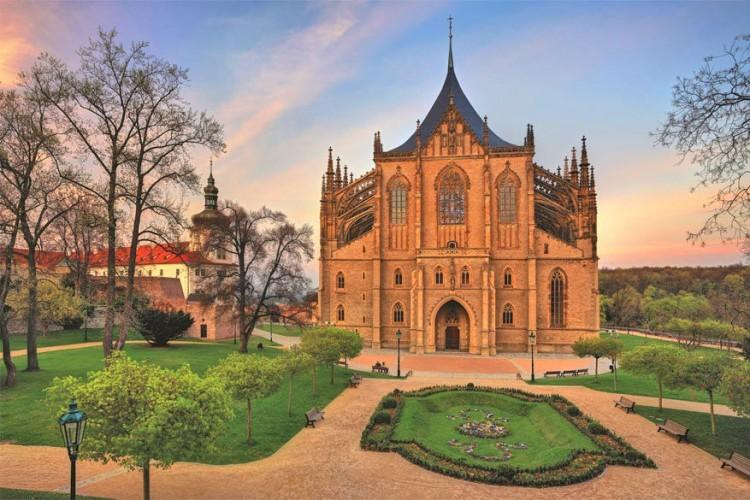 6. Alternatieve stedentrip Kutná Hora. Het mijnersstadje Kutná Hora ligt slechts op een uurtje rijden van Praag. De stad is compact en verdwalen is hier bijna onmogelijk, maar de sfeer is er heerlijk. Minder toeristen als in Praag, en toch is er nog voldoende te zien en te doen. De belangrijkste bezienswaardigheden zijn de St. Barbara kathedraal en het Ossuarium van Sedlec, een kerk verfraaid met duizenden botten. Het zilvermuseum en een spannend bezoek aan de zilvermijn is ook een aanrader. Gewapend met een witte doktersjas, helm en lamp ontdek je het donkere gangenstelsel. Eettip: Restaurant Dačický voor een ultieme Tsjechische gastronomische ervaring.