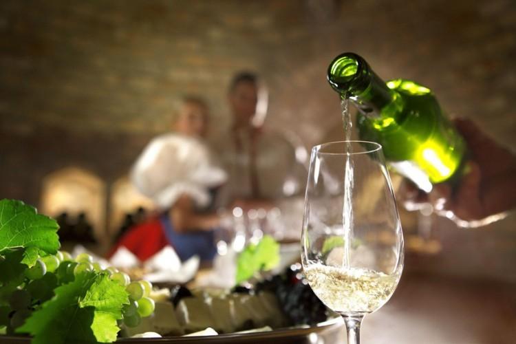 7. Wijnfestivals in Zuid-Moravië. Zuid-Moravië staat bekend als hét wijngebied van Tsjechië. Wijngaarden en wijnkelders zijn hier overal te vinden. De laatste jaren is de kwaliteit van de wijn in Tsjechië erop vooruit gegaan en daar zijn ze in Zuid-Moravië erg trots op. De wijn vloeit rijkelijk in september. Dan vinden namelijk de wijnfestivals plaats in bijna elk dorp. Tip: fiets één van de vele Moravische wijnroutes en stap onderweg zo nu en dan af voor een wijntje. Het grootste wijnfeest is in het charmante stadje Mikulov.