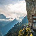 Berggasthaus Aescher-Wildkirchli, Zwitserland: ook letterlijk in de bergen durven ze al eens een gastenverblijf installeren. Dit berghuis in Weissbad, onder het Bodenmeer, ligt volledig tegen een rotswand. Je bereikt de plek via de kabelbaan Ebenalpbahn vanuit Wasserauen. En zelfs dan moet je nog 15 minuten klimmen naar boven. Vanaf hier vertrekken wel mooie bergwandelingen door de fraaie landschappen van de Alpstein. © Toerisme Zwitserland