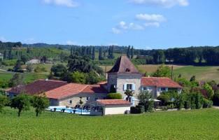 1. La Granja: dit jaar beloond als beste Belgische B&B in 2016 in Frankrijk. La Granja ligt te midden van het glooiende landschap in Lot-et-Garonne, ook wel het 'Toscane van Frankrijk' genoemd, meer bepaald in Trentels. Uitbaters Daniëlla Dhaenens en Patrick Van Hoorebeke bieden 2 comfortabel uitgeruste Gîtes met privé-zwembad aan van elk 4 kamers en ook 3 gastenkamers met telkens plaats voor gezinnen van 4 personen. Actievelingen huren hier een mountainbike en kunnen op ontdekking in de streek! © La Granja