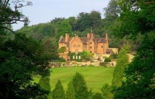 Verken het valentijnsduivenpad. Trek naar Ightham Mote van de National Trust voor een romantische wandeling in de rustgevende tuinen. Het 700 jaar oude huis is in de wintermaanden gesloten, maar je kunt de tuinen bezoeken van 10u tot 15u30. Op Valentijn worden tortelduifjes aangemoedigd om te wandelen langs het valentijnsduivenpad en er de duiven te spotten. © Visit Kent