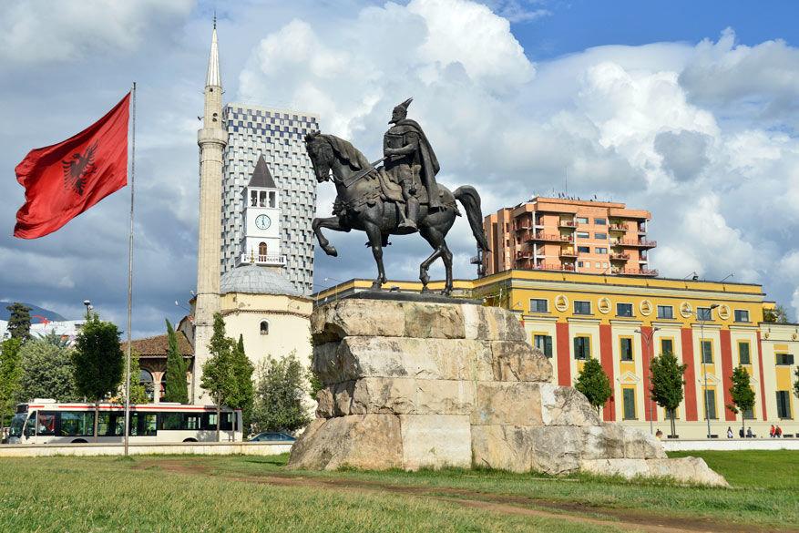 Het standbeeld van Skanderberg in Tirana. © Dominiek Druart