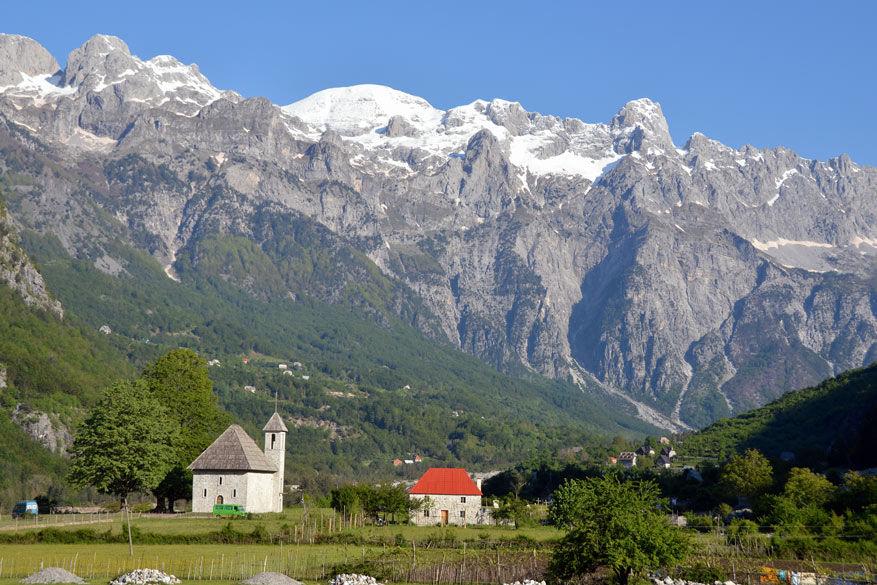 De witte toppen van de Alpen in de achtergrond © Dominiek Druart