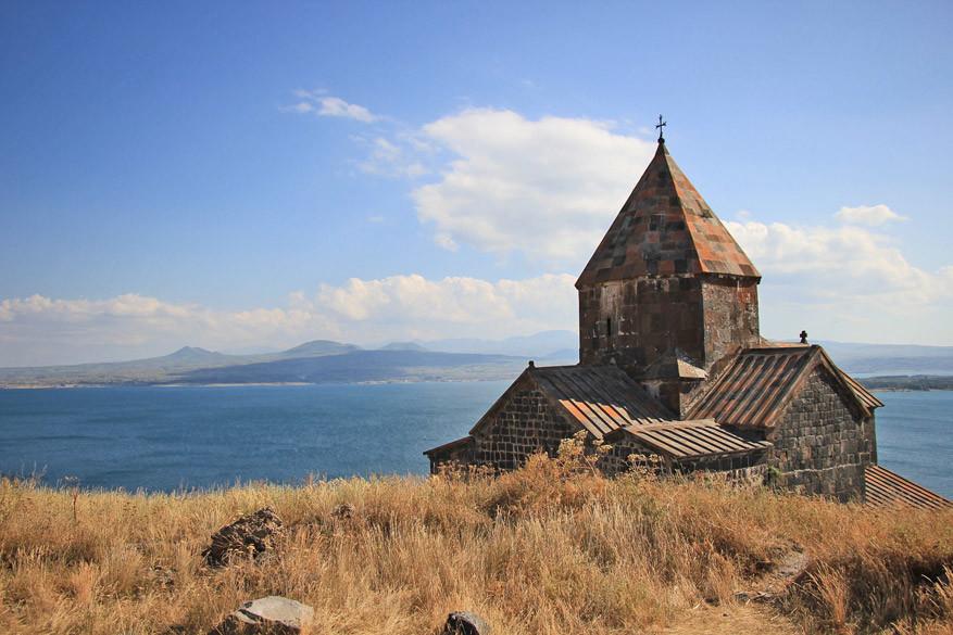 het klooster van Sevan aan het gelijknamige meer.