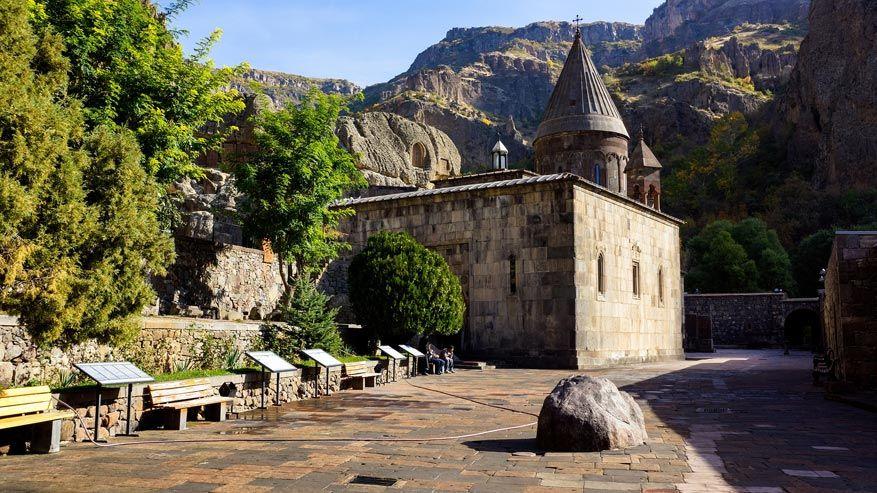 Het Geghard klooster, verscholen in de rotsen.