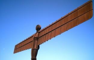 1. Een van de meest dramatische kunstwerken in openlucht is The Angel of The North, dat haar vleugels voor het eerst spreidde in 1998. Het staat op een heuveltop naar de snelweg A1 vlakbij Gateshead in het noordoosten van Engeland. Kunstenaar Antonty Gormley's zware stalen beeldhouwwerk domineert er de skyline. Het gevaarte heeft een spanwijdte van 54 meter. Dagelijks passeren er 90.000 automobilisten langs de Engel. Wie het standbeeld van dichterbij wil bekijken, kan er vlakbij parkeren. Vanuit Londen rijd je 3 uur met de trein noordwaarts. © Wikimedia Commons