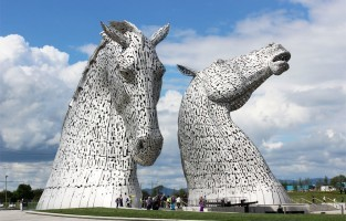 2. The Kelpies, 's werelds grootste paardensculptuur, vormen een paar gigantische stalen paardenhoofden. Je vindt ze in The Helix in Falkirk, Schotland. Beeldhouwer Andy Scott haalde zijn inspiratie bij de hardwerkende paarden die ooit de schepen vol kolen binnentrokken in de haven. Het werk kan je sinds 2014 bekijken. In de buurt ligt een bezoekerscentrum met een cafeetje, souvenirwinkeltje en een tentoonstellingsruimte. Vanuit Edinburgh duurt een rit naar Falkirk met de trein 30 minuten. © Wikimedia Commons
