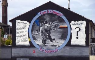 4. Noord-Ierland beleefde turbulente tijden op vlak van politiek en religie in de geschiedenis. Belfast telt zo'n 2.000 muurschilderingen die dat bewijzen. Ze geven je een erg accuraat overzicht van de Noord-Ierse recente geschiedenis. Maak een 90 minuten durende Black Cab Tour en ontdek zelf wat de muren van Belfast je vertellen. Belfast ligt langs de oostkust van Noord-Ierland en beschikt over een internationale luchthaven. © Wikimedia Commons