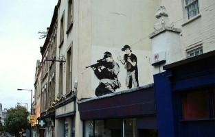 6. Bristol heeft een bruisende street art scene ontwikkeld. Niet toevallig als je weet dat hier de wereldbekende straatkunstenaar Banksy vandaan komt. Bezoek je de stad, neem dan zeker deel aan de Bristol Street Art Tour. De enige officiële tour van de Bristal street art community. Twee uur lang krijg je uitleg over de creatieve cultuur en kunstscene van de stad vanaf de jaren '80 tot nu. Bristol ligt in het zuidwesten van Engeland, zo'n kleine 2 uur vanuit Londen met de trein. © Wikimedia Commons