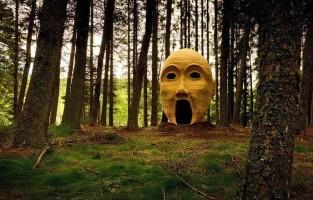 7. Op de grens van Engeland met Schotland bewaart het Kielder Water & Forest Park verschillende kunstwerken en architectuur, elk ontworpen om de bezoeker het natuurlijke landschap nog meer te doen appreciëren. Een van de meest bijzondere is Silvas Capitales, een gigantisch hoofd gemaakt uit hout door het kunstcollectief SIMPARCH. Ga binnen via zijn mond en klim omhoog om door zijn ogen van het uitzicht te genieten. Kielder Forest ligt in het noorden van Engeland, vlakbij de grens met Schotland en 2 uur rijden vanuit Edinburgh. © Visit Britain