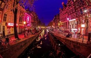 Red Light District Wandeltocht in Amsterdam: deze wandeltocht neemt je bij valavond mee over de Zeedijk, ooit een van de gevaarlijkste straten van de Nederlandse hoofdstad. Zeelieden gingen hier vroeger op zoek naar liefde, vertier en drank. Nu vind je de meeste dingen hier nog altijd, maar in een veiliger en karaktervoller kader. Laat je gidsen langs het fascinerende leven op de Wallen. 's Zomers dagelijks om 20u. 's Winters op maandag, woensdag, vrijdag en zaterdag om 20u. © Cristiano Gatti PH via Flickr Creative Commons