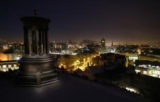 Spoken jagen in Edinburgh: Schotland barst van de spookverhalen! Zin om ze zelf te ontdekken in de schemering van de volle maan? Je kan deelnemen aan verschillende tours door de 'Old Town' van Edinburgh en alle bijzondere bezienswaardigheden met een duister kantje ontdekken, zoals de Edinburgh Dungeon, de lokale begraafplaats en zelfs een martelmuseum! © Panoramio