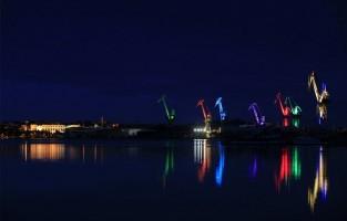 Lighting Giants in Pula: in de zuidelijkst gelegen stad van het Kroatische schiereiland Istrië lichten na zonsondergang elke dag kranen van de scheepswerf Uljanik op. Deze nieuwe attractie in de haven van Pula bestaat sinds 2014 en is van de hand van kunstenaar Dean Skira. Hij besloot om de kranen met LED's te verlichten voor een betoverende skyline aan het water. De lichtshow start vanaf 21u telkens op het uur en duurt 15 minuten. © Toerisme Pula / Kroatië