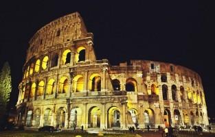 Bezoek het Colosseum bij volle maan: zelfs als er geen volle maan aan de hemel staat tijdens je citytrip in Rome, krijg je vanaf april toch de kans om de wereldberoemde bezienswaardigheid bij maanlicht 's avonds te bewonderen. Elke maandag-, donderdag-, vrijdag- en zaterdagavond leiden gidsen je rond vanaf 20u30 tot 23u. Speciale verlichtingstechnieken bootsen het maanlicht na en tijdens het bezoek krijg je zelfs toegang tot het ondergrondse gedeelte van het monument. Op voorhand reserveren wordt aanbevolen. Tickets kosten 24 euro. © Pixabay