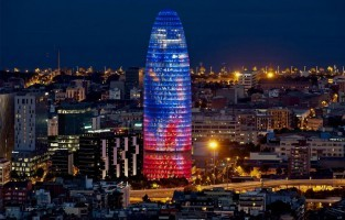 Torre Agbar in Barcelona: in de wijk Poblenou staat de 'Torre Agbar', een modern kantoorgebouw uit 2005, ontworpen door de Franse architect Jean Nouvel. De bijzonder gevormde toren telt 38 verdiepingen en is ruim 144 meter hoog. Dat klinkt niet echt als een onmisbare toeristische stop. Maar mocht je 's avonds in de buurt zijn, loop er dan toch maar even langs. Dan verandert het hedendaagse gebouw in een bijzonder kunstwerk doordat de buitenkant eclectisch met LED-lichtjes verlicht wordt. © Leyatana