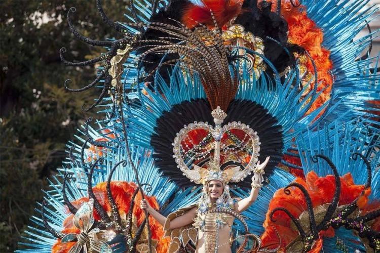 Cádiz in Spanje, van 23 februari tot 15 maart 2017: een jaar voorbereiding gaat vooraf aan de festiviteiten voor carnaval in het havenstadje Cádiz. De gebruiken en tradities werden voornamelijk overgenomen van het Venetiaans carnaval dankzij de handel die ze met elkaar dreven tijdens de 16de eeuw. Cádiz carnaval groeide uit tot een van de bekendste van Spanje. © Marca España
