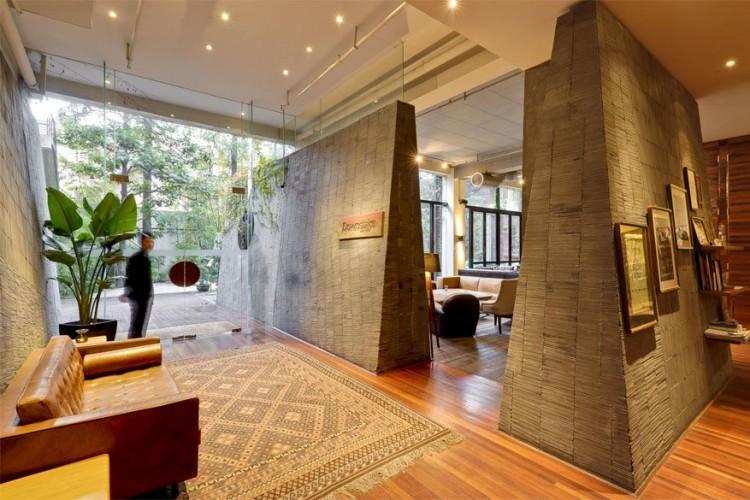 Het URBN Hotel in China: dit hotel in Shanghai is de eerste klimaatneutrale accommodatie in het land. Hoewel de eerste indruk van het boetiekhotel je niet meteen het gevoel geeft op een ecologische plek te zijn, zit de opbouw wel erg milieuvriendelijk in elkaar. Een tweede blik leert dat het hotel gebouwd werd uit gerecycleerd materiaal en gebruikt maakt van energiezuinige belichting en koelsystemen. © Tempting Places