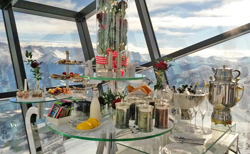 Uitgebreid ontbijten in de Crystal Cube, waar de gasten naar buiten kunnen kijken, maar passanten niet. © Bruno Loockx