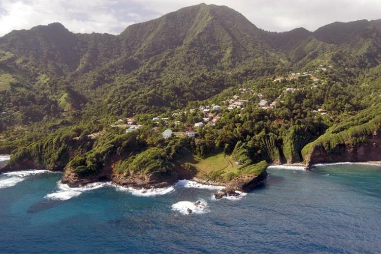 1. Wandel een deeltje van de Waitukubuli National Trail. Dat is het langste wandelpad in het Caribisch gebied: een parcours van 184 km verdeeld in 14 segmenten van verschillende moeilijkheidsgraden. De Waitukubuli National Trail biedt gemakkelijke paden tot uitdagende routes zoals de wandeltocht naar de befaamde heetwaterbron Boiling Lake. Het pad toont het beste van Dominica, de cultuur en het erfgoed, de lokale levensstijlen, het ruige land en de wilde natuur met rivieren, watervallen, bergen, exotische kloven en regenwouden.