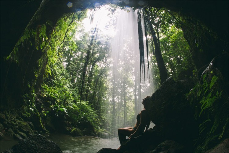 2. Neem een foto aan de romantische Emerald Pool in het regenwoud. Dominica heeft een echt tropisch regenwoudklimaat, met warme temperaturen die winter en zomer weinig verschillen. Overdag blaas je uit bij zo'n 30°C. Afkoelen gaat daarom een pak beter aan een verfrissend natuurlijk bad.