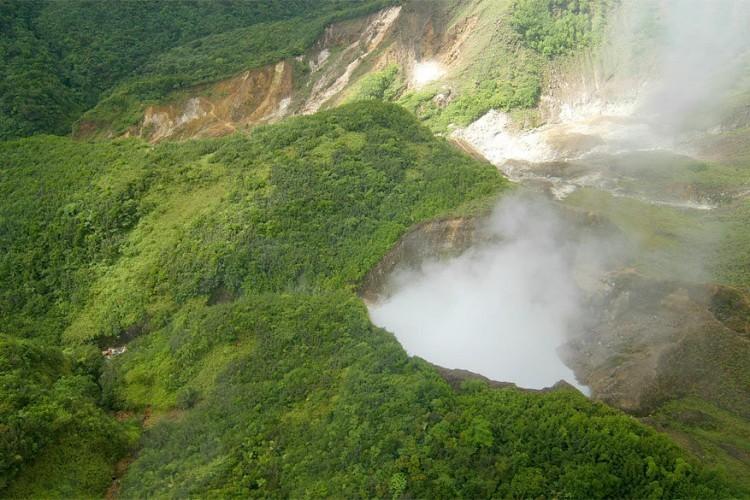 4. Trek naar het tweede grootste kokende meer ter wereld. Twee derde van het eiland wordt bedekt door tropisch regenwoud. Dominica is vulkanisch: er zijn een zestal slapende vulkanen, actieve zwavelbronnen en het op één na grootste kokende meer ter wereld: Boiling Lake. Het grootste is Frying Pan Lake in Nieuw-Zeeland.
